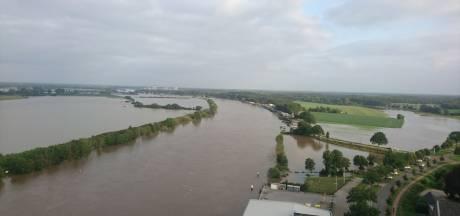 Veevoederbedrijf ziet de Maas stijgen maar kan niet veel doen: 'Dijk bouwen en kaarsje opsteken'