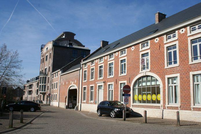 De straat wordt afgesloten ter hoogte van de toren van de voormalige brouwerij Loriers