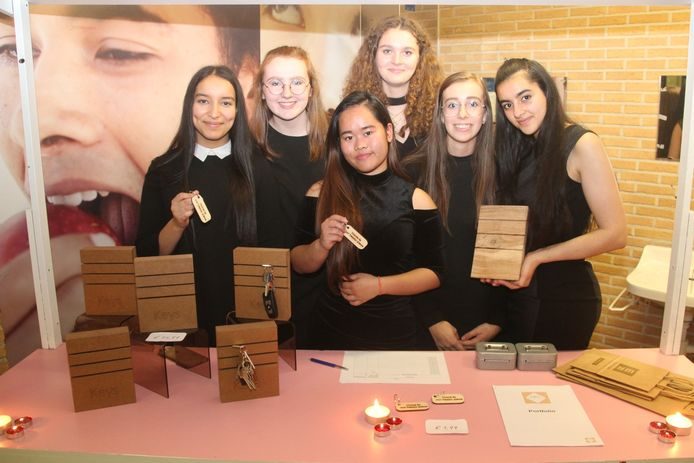 De meisjes fabriceren en verkopen met 'Keyp it' gepersonaliseerde sleutelhouders en -hangers.