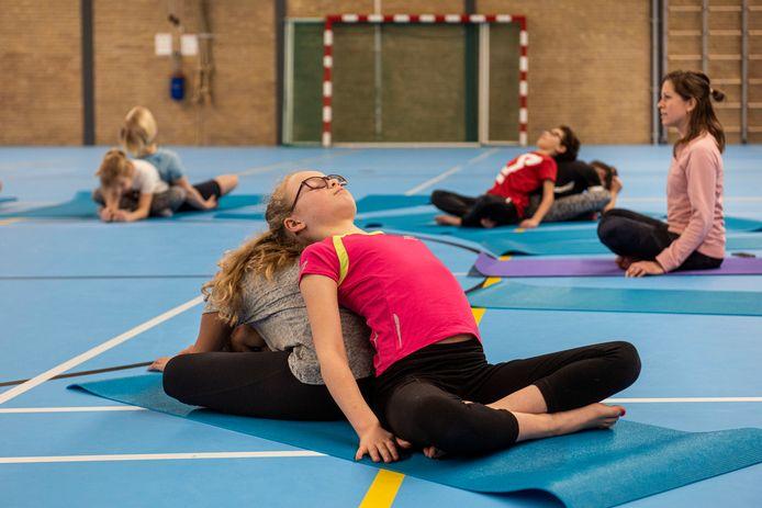 Yogales in sporthal de Huif in Bavel voor leerlingen van basisscholen door Bregje Kerman-Nahon.
