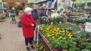 Thecla en Hans Bolsius op zoek naar bloemetjes bij GroenRijk Den Bosch.
