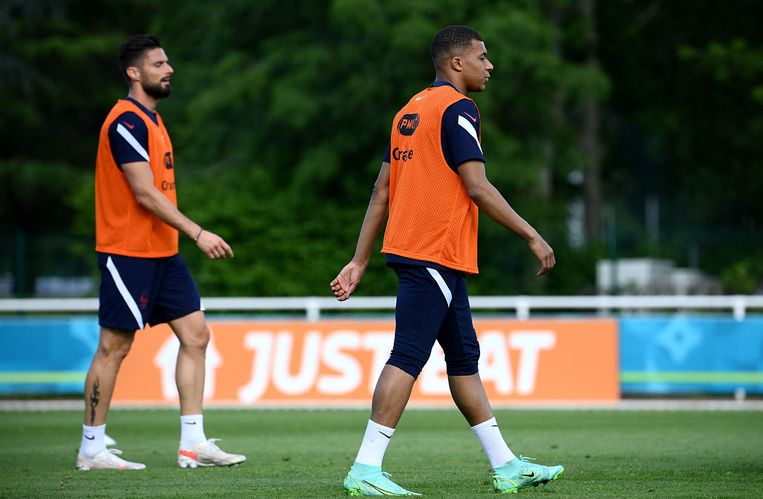 De twee hoofdrolspelers in de Franse ruzie, Olivier Giroud (links) en Kylian Mbappé. Beeld AFP