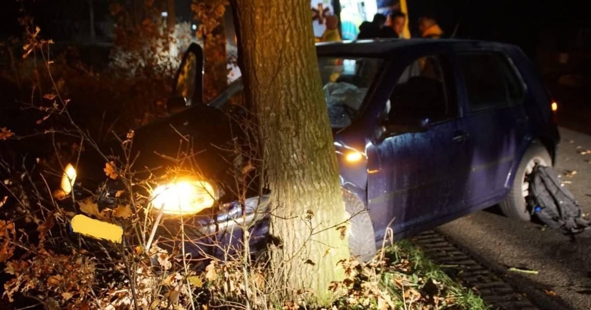 Vijf jongeren in auto ongedeerd bij botsing tegen boom.