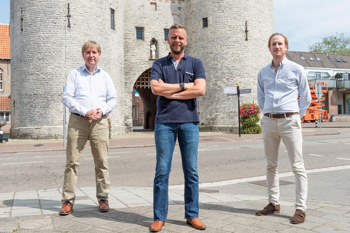 De drie Bergenaren van Groep De Bie in Provinciale Staten van Noord-Brabant: Eric de Bie (l.) Maikel de Bekker (midden) en Camiel van der Meeren (r.) voor de Gevangenpoort in Bergen op Zoom.