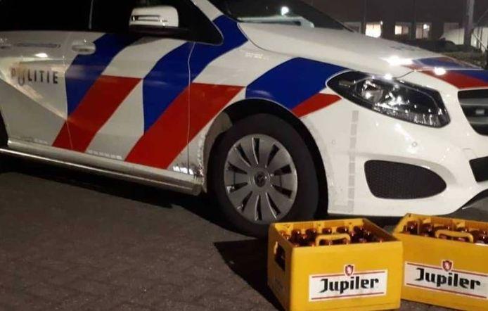 De politie biedt twee kratten bier aan op sociale media.