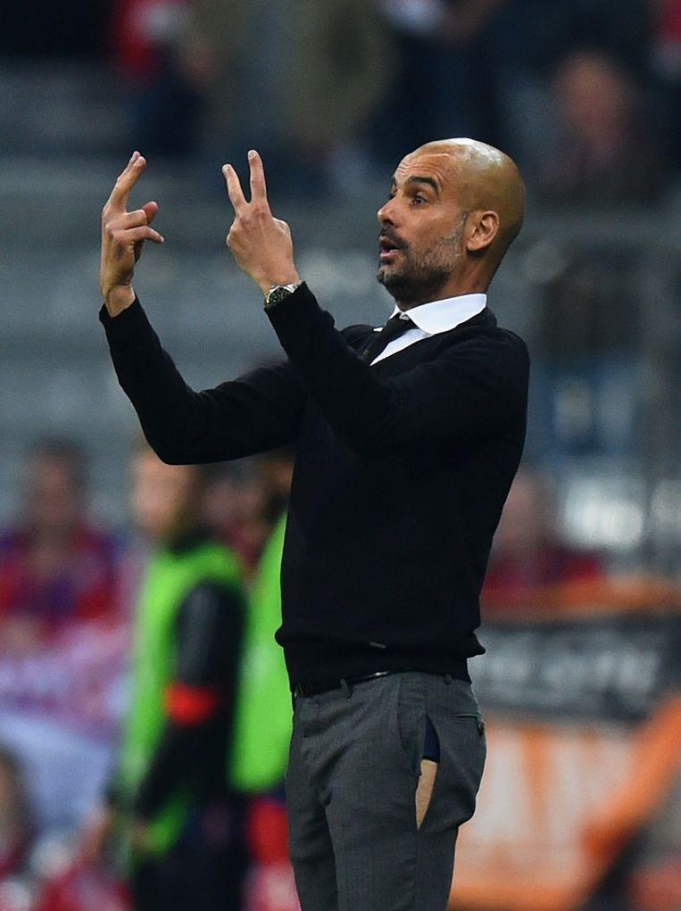 Pep Guardiola maakt een ongetwijfeld emotionele comeback in het Camp Nou en doet dat ongetwijfeld ook zonder gescheurde broek. Beeld GETTY