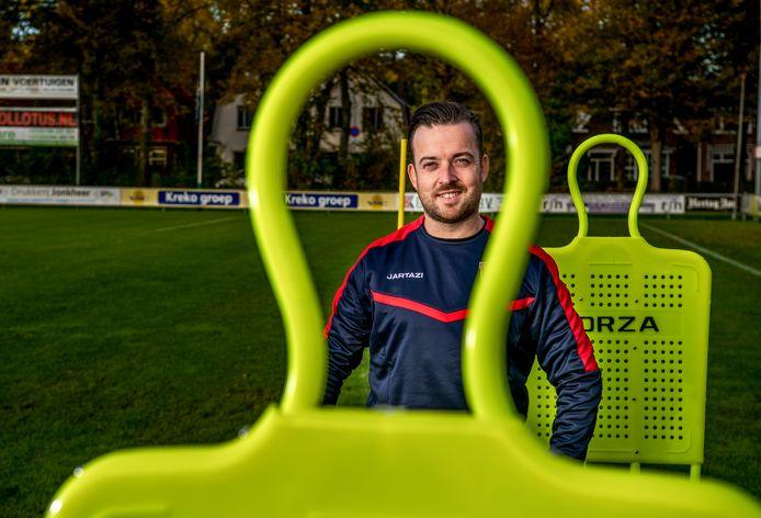 Trainer Mark van Leeuwerden bij voetbalclub DFC.