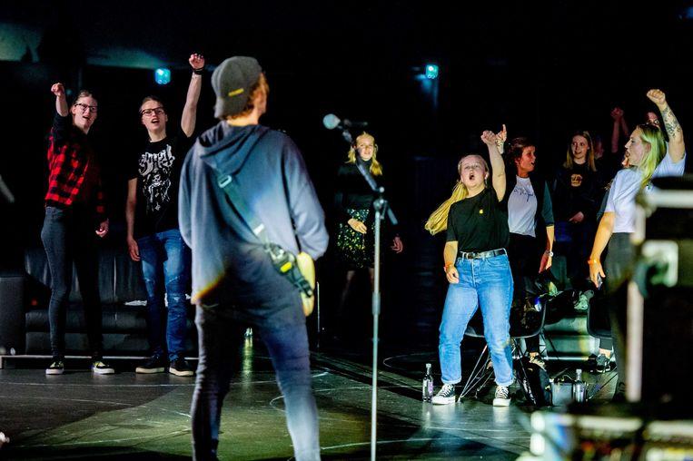 Fans in de zaal bij het optreden van de band Kensington tijdens 30 Fans Only Concerts van Veronica in de Ziggo Dome. Het concert met 30 fans is geheel volgens de richtlijnen die het RIVM heeft opgesteld tijdens de coronacrisis.  Beeld ANP