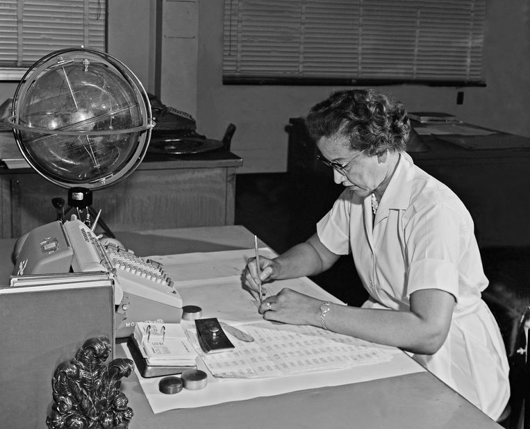 Katherine Johnson aan het werk in het NASA Langley Research Center in 1962.  Beeld EPA