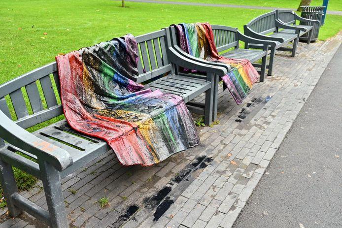 Een regenboogvlag is overgoten met zwart vloeistof aan de Delpratsingel in Breda.