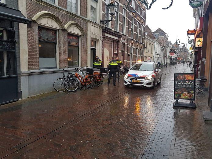 Ook op de Oudestraat is de politie aanwezig.