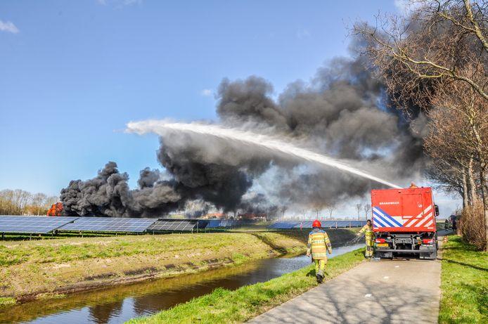 Door een brand in een schakelstation op het zonnepark langs de N351 bij Emmeloord, was zondagmiddag een deel van de weg afgesloten.