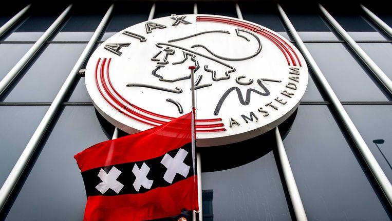 De vlag hangt halfstok aan het stadion van Ajax. Beeld ANP