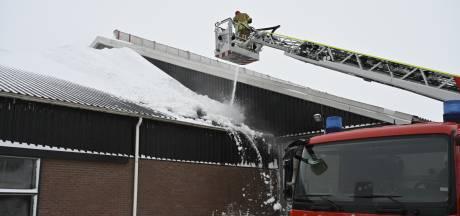 Brandweer voorkomt instorten dak Vriezenveense veehouderij