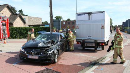 Bestuurder botst tegen lichte vrachtwagen en raakt gewond
