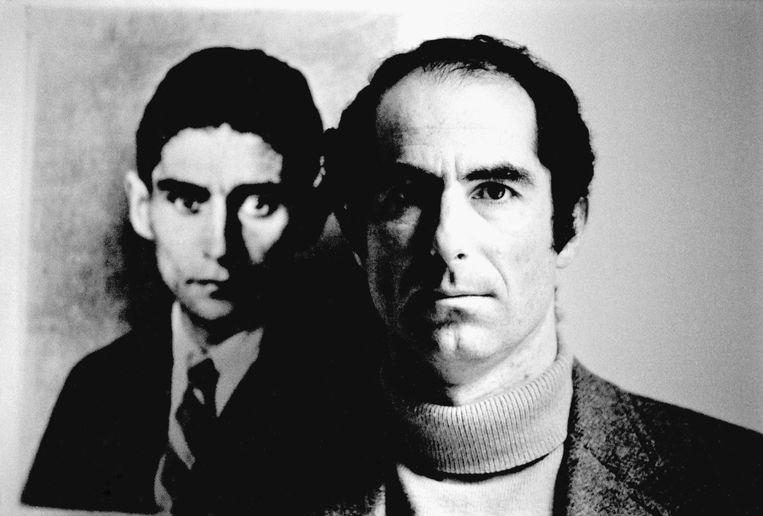 Voor Life ging Roth op de foto met een portret van Kafka. Beeld Bob Peterson