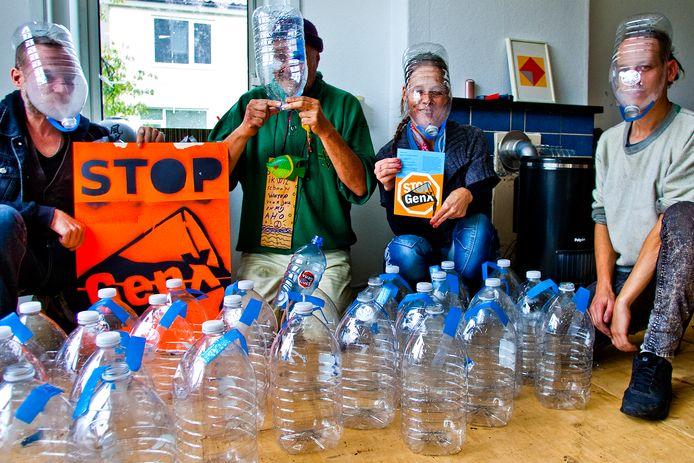 Actievoerders die onlangs demonstreerden tegen Chemours. De actiegroep is boos op het bedrijf, maar neemt afstand van de bedreigingen.
