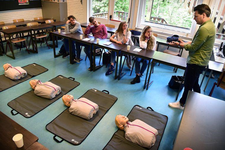 Arts Bernard Leenstra instrueert de leerlingen van het Goois Lyceum bij de EHBO-les. Beeld Foto Marcel van den Bergh / de Volkskrant