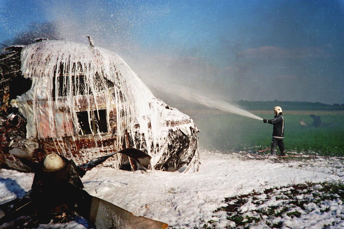 15 juli 1996: blussen van de gecrashte Hercules op Vliegbasis Eindhoven.