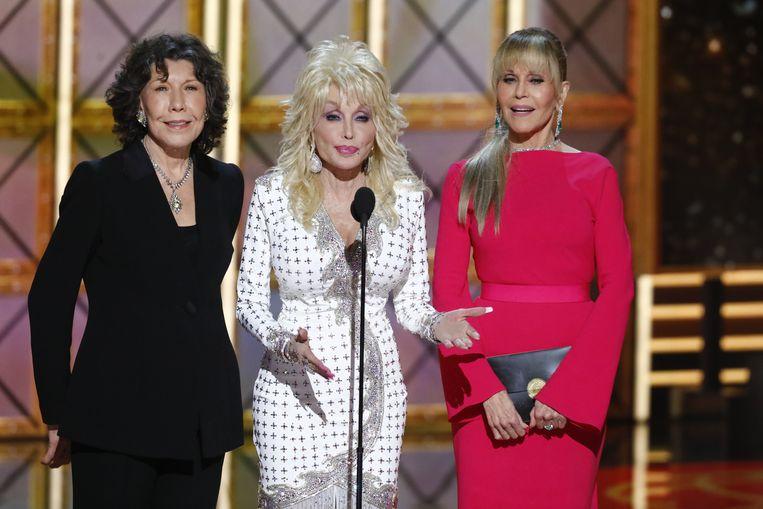 Lily Tomlin, Dolly Parton en Jane Fonda op het podium voor de uitreiking van de Emmy Award voor Beste man in een ondersteunende rol. Beeld CBS via Getty Images