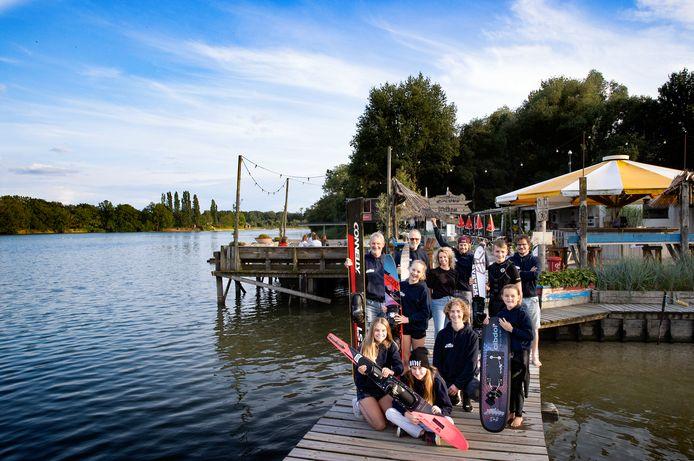 De Rooye Plas is komend weekend de plek waar de Benelux Kampioenschappen Waterskiën worden gehouden; beheerder Freek School (midden met rode pet) en medewerkers en jeugdleden zijn er klaar voor.