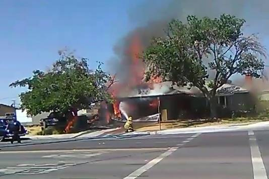 Een brandweer aan het werk na de aardbeving.