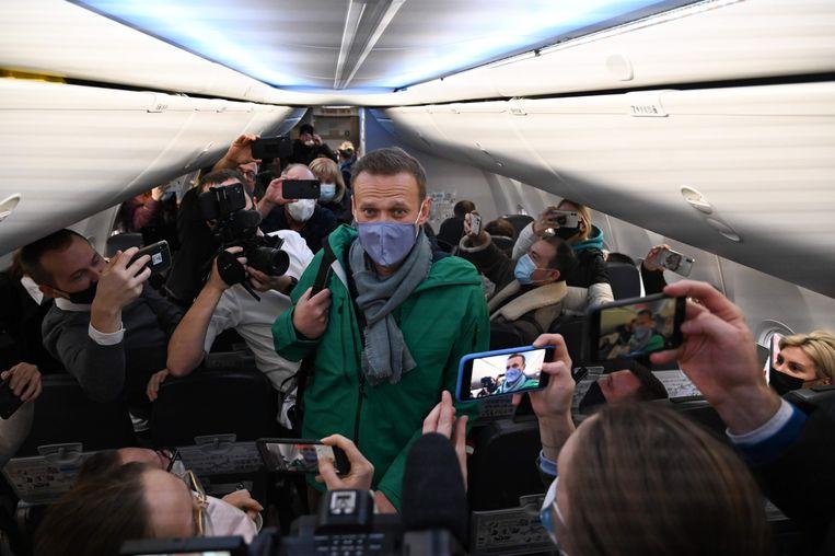 Aleksej Navalny in het vliegtuig in Berlijn. Beeld AFP