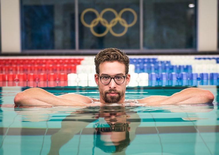 ► Pieter Timmers poseert in het zwembad van Antwerpen, kort voor zijn afreis naar Denemarken. Van vandaag tot en met zondag vindt daar het EK korte baan plaats. Beeld Photo News