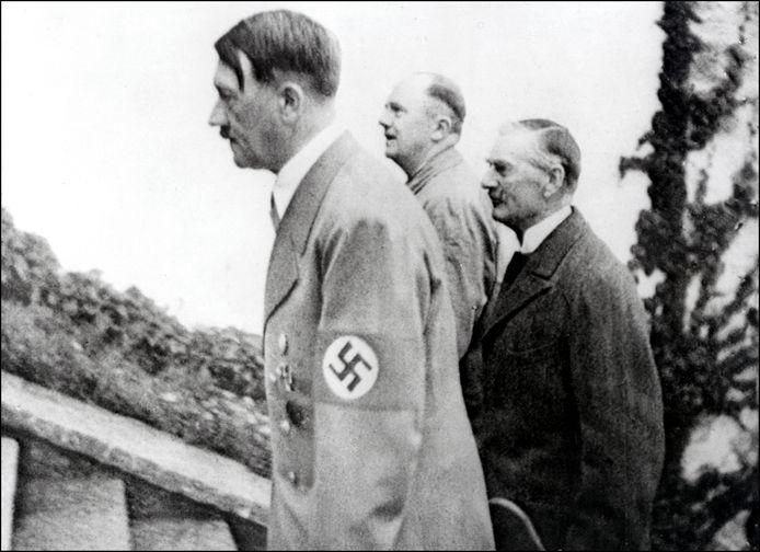 Adolf Hitler (links) op archiefbeeld.