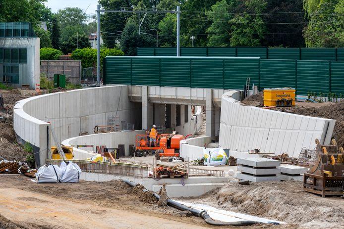 De spoortunnel in Elst. In de bouwvak wordt er doorgewerkt om eerder opgelopen vertraging op te vangen.