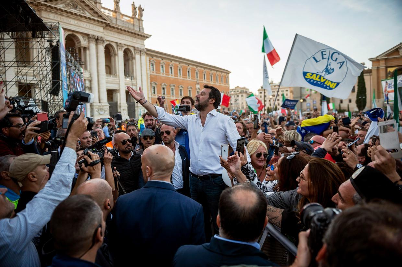 Matteo Salvini spreekt de aanwezigen toe tijdens een manifestatie op het Piazza San Giovanni. Beeld Getty Images