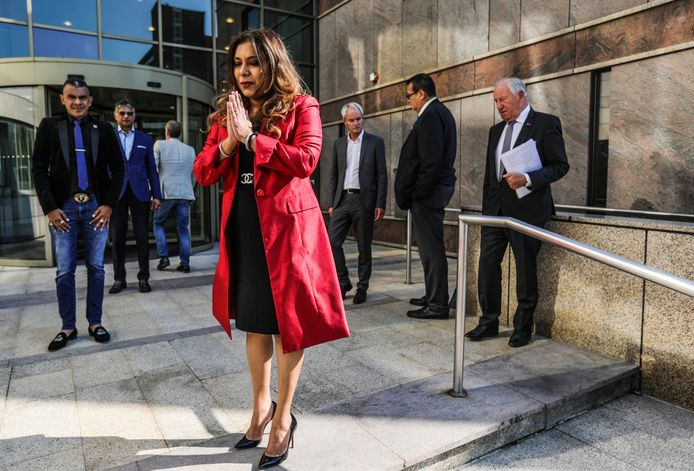 First Lady van Suriname, Melissa Santohki, buiten het gemeentehuis Diemen.