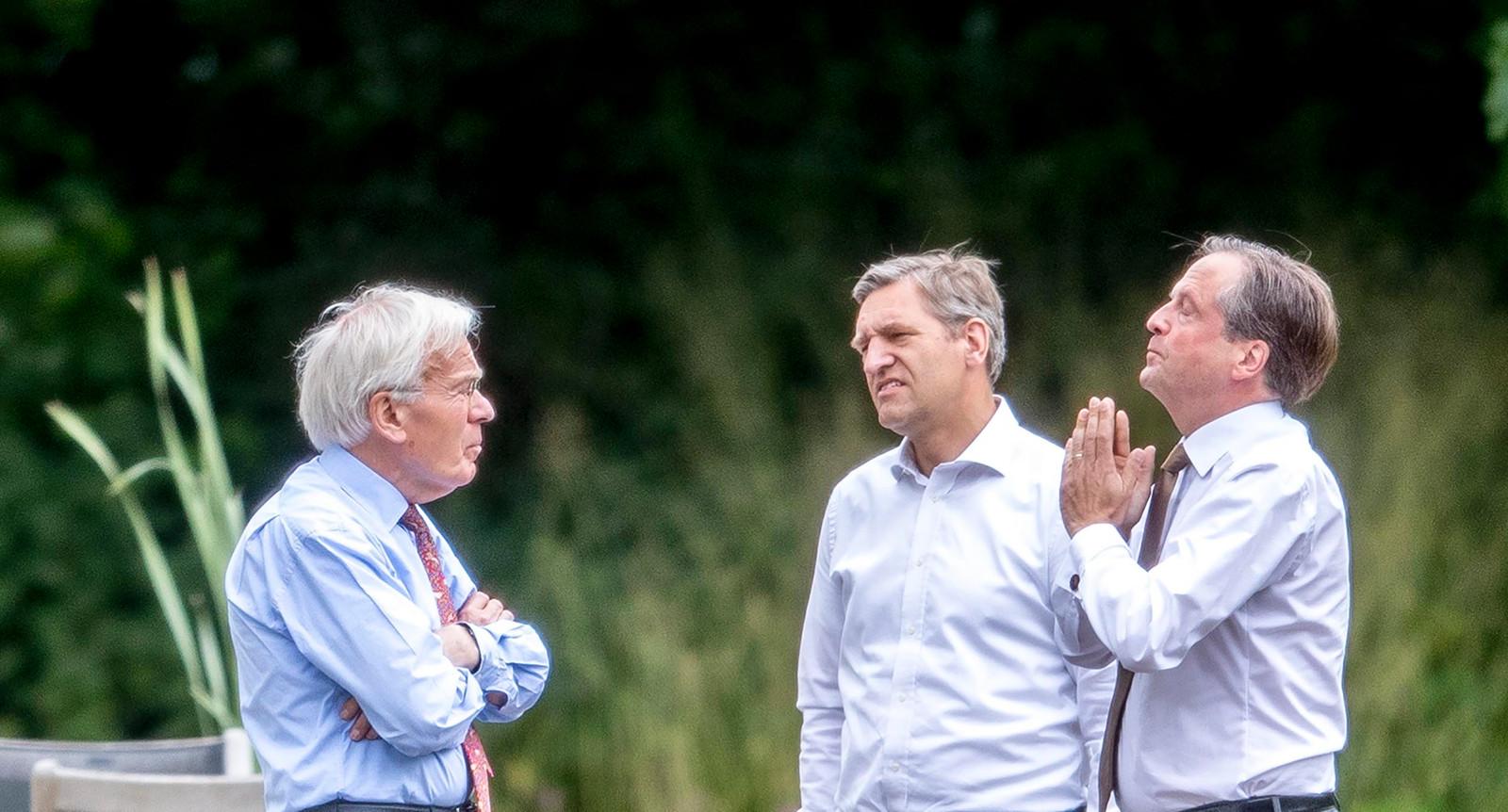 Een onderonsje tussen informateur Tjeenk Willink, D66-leider Alexander Pechtold en CDA-leider Sybrand Buma in de tuin van het Catshuis.