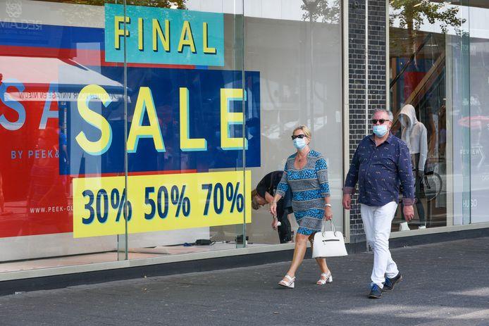 De mondkapjes keren terug in de Rotterdamse winkels. Het advies is om ze te dragen, winkeliers kunnen het ook verplichten aan hun klanten.
