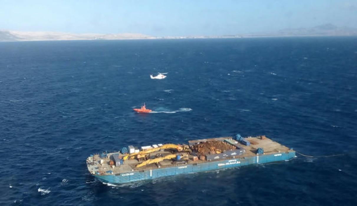 De Spaanse kustwacht haalde de verstekelingen met twee helikopters van de sleepbak.