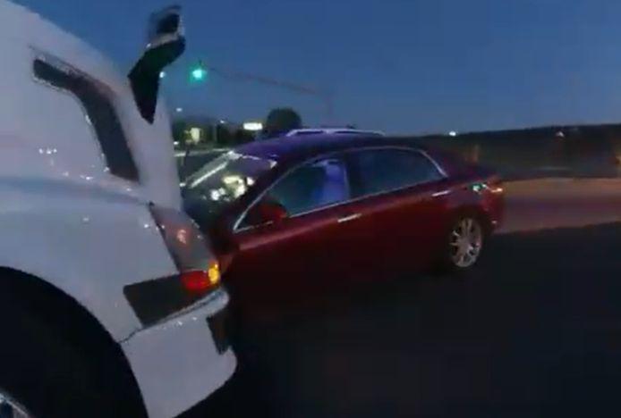 De auto waarmee twee jonge meisjes op een vrachtwagen zijn gebotst.