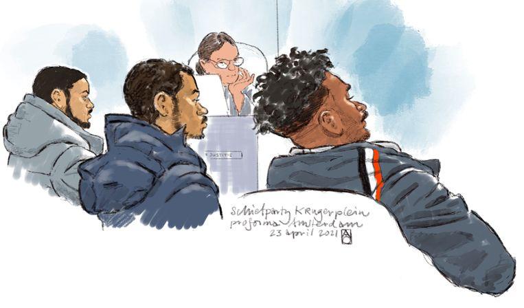 Rechtbanktekening van verdachten (van links naar rechts) Tyrone B., Zion R. en Joshua van Z. tijdens de pro forma zitting over de schietpartij op het Krugerplein. Beeld Hollandse Hoogte / Aloys Oosterwijk
