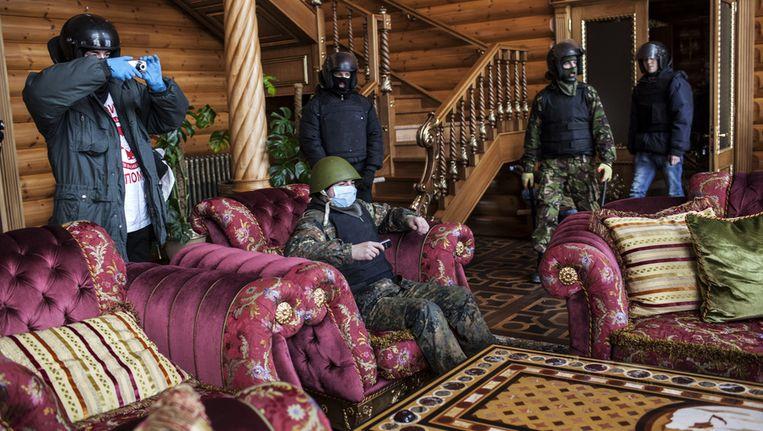Betogers in het huis van Janoekovitsj in Kiev. Beeld GETTY