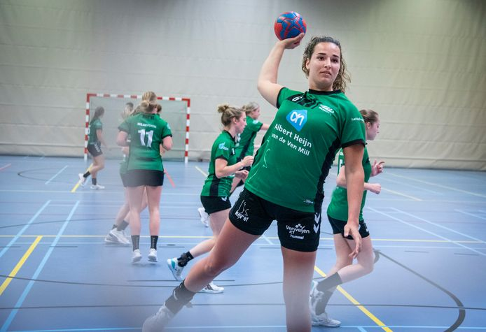 Desi Tielemans is nieuw bij het vrouwenteam van handbalvereniging MHV in Mill. Ze traint al mee.