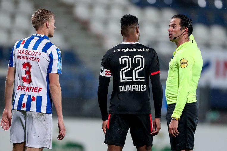 Bas Nijhuis spreekt Jean Paul van Hecke (links) van Heerenveen en PSV'er Denzel Dumfries toe. Beeld BSR Agency