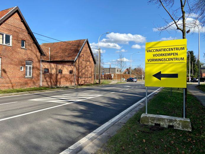 De weg naar het vaccinatiecentrum Voorkempen is aangegeven op grote gele signalisatieborden