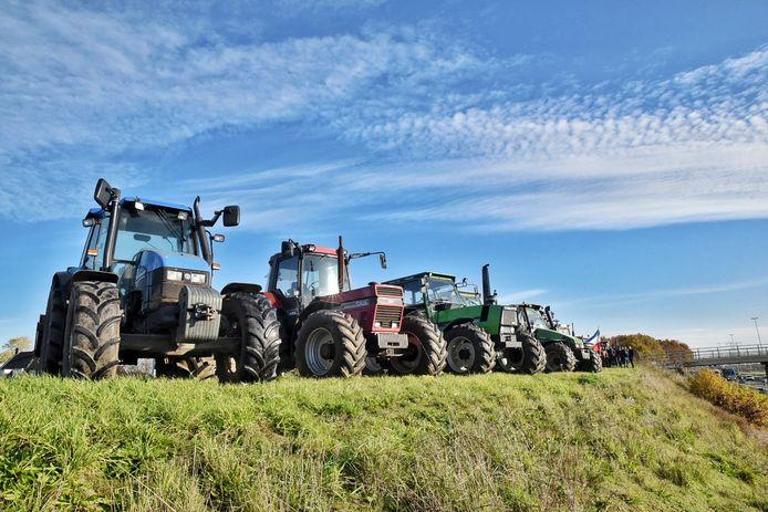 Een flink aantal boeren heeft zich verzameld langs de A58 bij Moergestel.
