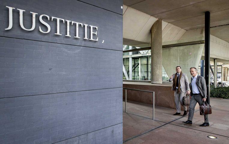 Algemeen directeur Mohammed Hamdi en financieel directeur Jachin Wildemans (R) van ADO Den Haag arriveren bij de rechtbank voor aanvang van het kort geding dat de club aanspant tegen grootaandeelhouder United Vansen.  Beeld ANP