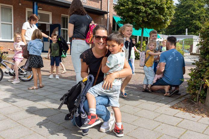 James (4) had een leuke eerste schooldag in Gemonde, maar is ook blij dat moeder Ingrid hem ophaalt.