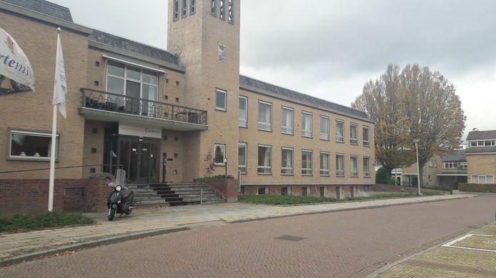 Het voormalige gemeentehuis in Andelst. 4 You Care gaat daar in de kelder een opvanghuis voor alleenstaande moeders beginnen. De rest van het gebouw is in gebruik bij de Artemis Zorggroep die er mensen met dementie verzorgt.