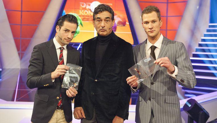 BNN-presentatoren Valerio Zeno (L) en Dennis Storm (R), met advocaat Gerard Spong, tonen zakjes met een stukje van elkaars vlees. Beeld anp