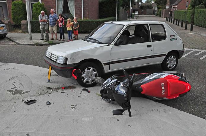 De scooterrijder is gewond naar het ziekenhuis gebracht.