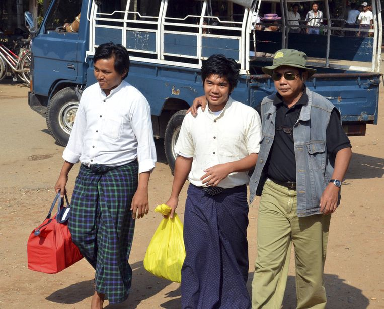 Aung Min Naing (L) en Yan Naing Tun (M) vandaag na hun vrijlating in Rangoon. Beeld ap