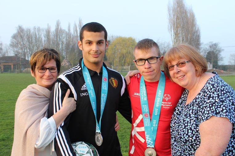 Bram Verbrugghe uit Ardooie en Mike Watteyn uit Rekkem, met de zilveren medaille die ze enkele dagen geleden hebben behaald op de Special Olympics in Abu Dhabi. Hun mama's zijn zo mogelijk nóg trotser op hun zoons.
