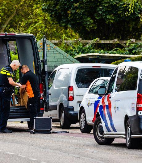 Politieteam valt woning Maasdam binnen en neemt illegaal vuurwerk in beslag, bewoner aangehouden
